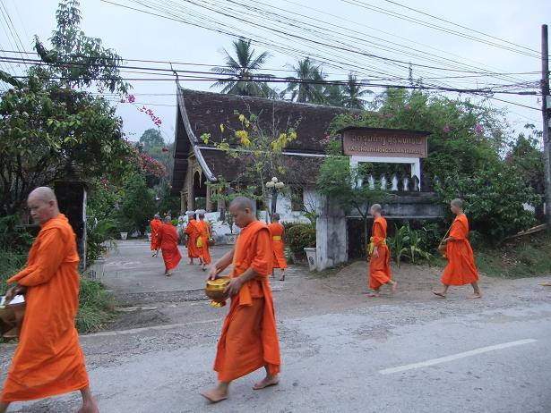 寺に戻る僧侶